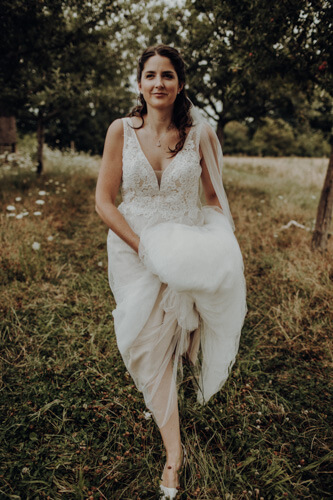 Our wonderful bride Nora decided on a wedding dress without a hoop skirt, it was important for her to have complete freedom of movement. She wanted to enjoy her outdoor wedding to the fullest