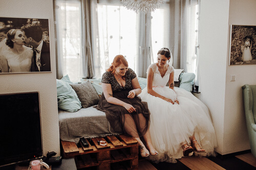laid back getting ready, the bliss bride and her bridemaid are best friends