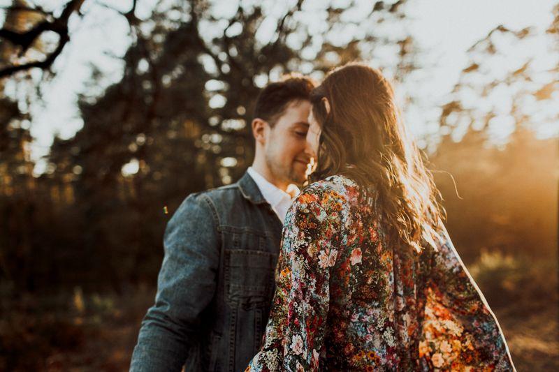 Ich bleibe bei dir bis ans Ende unserer Tage. Was für ein glücklicher Moment unserer Lovebirds zum Sonnenuntergang, wir fühlen uns verzaubert.