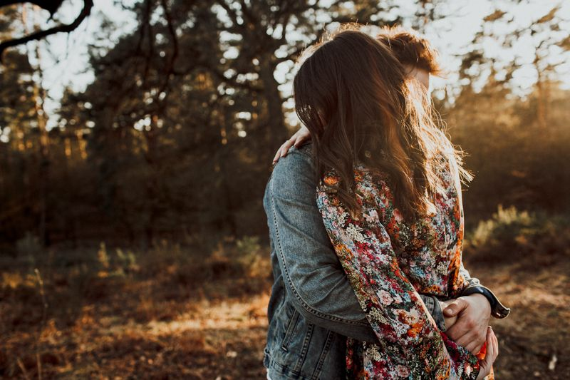 Das Bild zeigt eine innige Umarmung des Liebespaares. Als würde die Zeit still stehen. Sonnenuntergangsbilder sind was ganz Besonderes und perfekt geeignet für ein Verlobungsshooting.