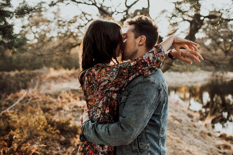 Die Beiden sind einfach unglaublich innig miteinander. Sie genießen das Outdoor Photo Shoot zum Sonnenuntergang in vollen Zügen.