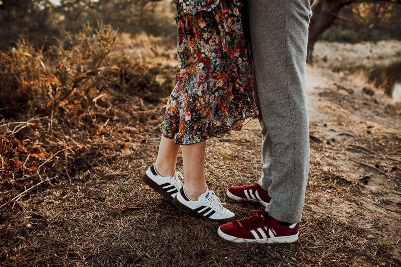 Dieses zauberhafte Pärchen sind Adidas Fans. Wir denken Sneakers für ein Verlobungsshooting, dass in der freien Natur stattfinden, eine gute Lösung. Man hat ganz viel Bewegungsfreiheit. Und auch Sneakers können schön mit einem Kleid kombiniert werden.