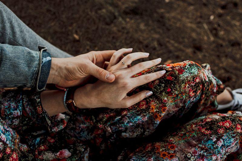 Ben hält ganz zart Esras Hand und betrachtet voller Liebe den Verlobungsring an ihrem Finger. Er ist so wunderschön und Esra liebt es ihn zu tragen. Denn er ist ein Symbol ihrer tiefen Liebe. Benny hat Esra 2018 einen wundervollen Heiratsantrag in Schweden gemacht. Es war der schönste Tag in ihrem Leben.