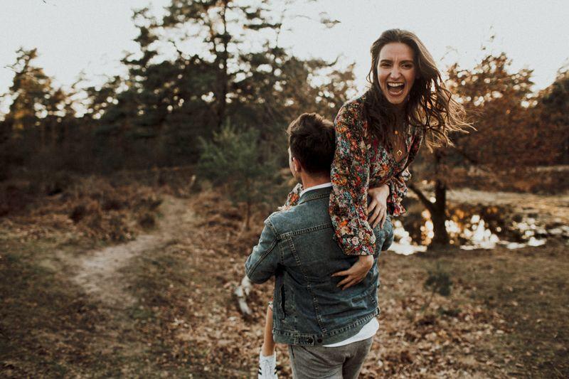 Das Bild zeigt Benny und Esra bei einem Abend Photoshoot in der Wildnis. Benny ist einfach verrückt nach Esra, und trägt sie sprichwörtlich auf der Schulter. Esra ist total begeistert, wie man sieht. Wir haben selten so ein natürliches und verrücktes Paar vor unseren Linsen gehabt. Einfach wundervoll und herzerwärmend.