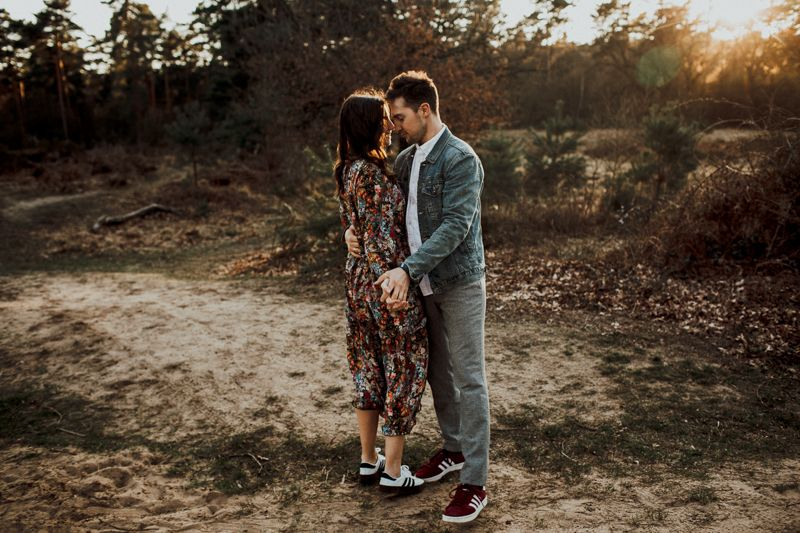 BACK TO NATURE - ein ruhiger und entspannter Moment beim Sonnenuntergang Photoshoot. Esra und Benny haben unser Herz erobert. Ihre tiefe Liebe scheint überall durch.