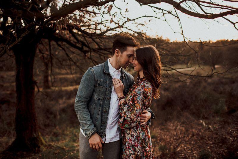 Benny drückt liebevoll seine Esra und schaut sie ganz verliebt an. Sie lächelt glücklich zurück. Eine wunderschöne Szene kurz nach dem Sonnenuntergang.