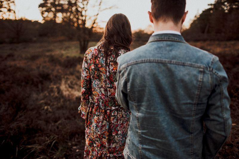 Ich gehe mit dir bis ans Ende der Welt, lass uns einfach der Sonne folgen. Magisches Licht nach dem Sonnenuntergang, 1000 Prozent.